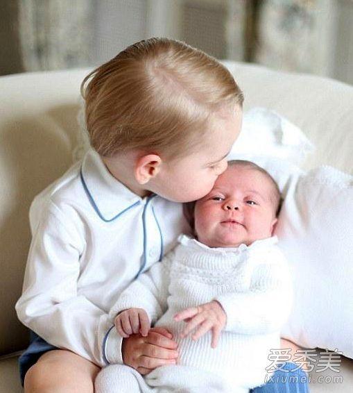 英国夏洛特小公主全家福曝光 威廉凯特怀抱儿女