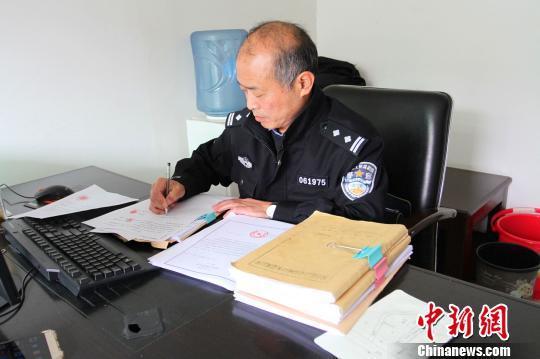 """湖北民警撰写10万字自传记录30年""""破案史"""""""