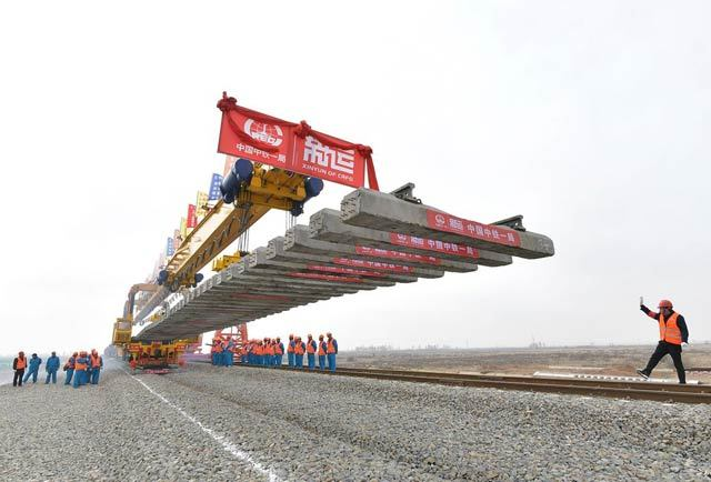 我国在建最长重载铁路蒙华铁路开始全线铺轨