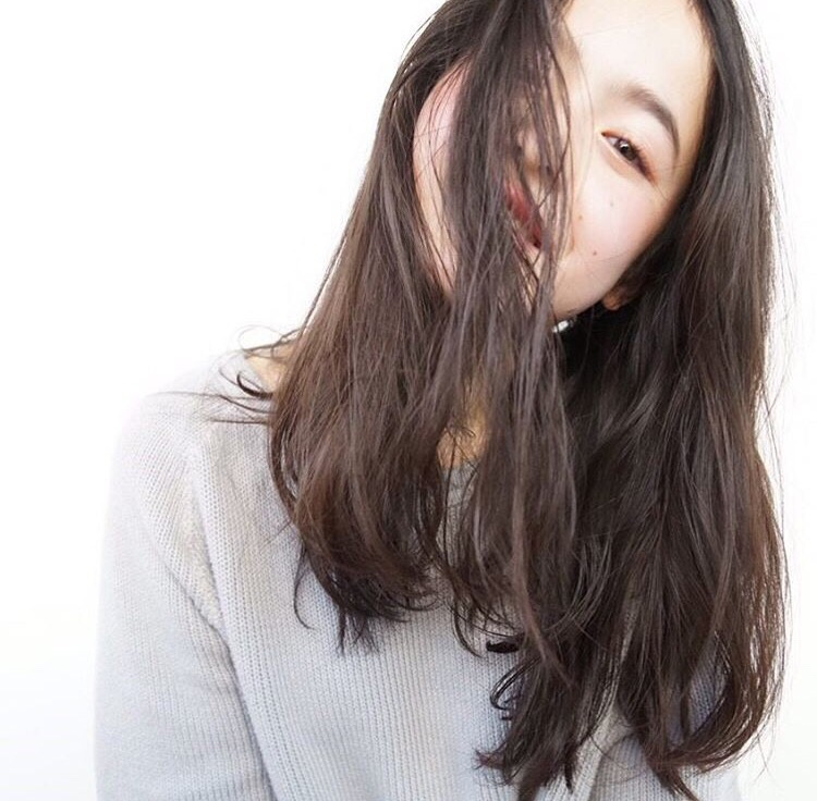 13岁日法混血小模特走红 笑容甜美表情无辜