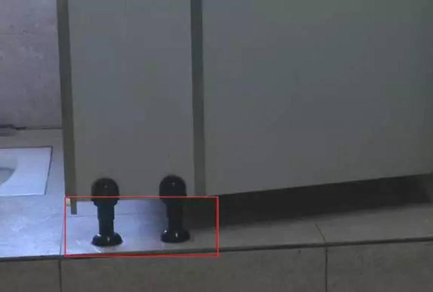 男子进电影院在女生厕所,用手机偷拍女生裙底内裤如厕