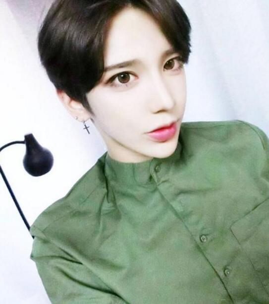 韩国有个比女人还漂亮的蛇精男,整容前竟然长这样