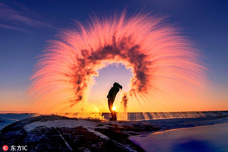 当沸水遇上低温!摄影师拍惊艳冰彩虹
