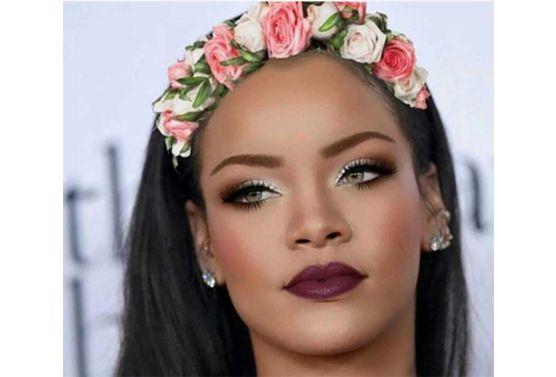 眼影和玫粉色腮红打造可爱娃娃妆,涂睫毛膏不仅有增大眼睛的视觉效果