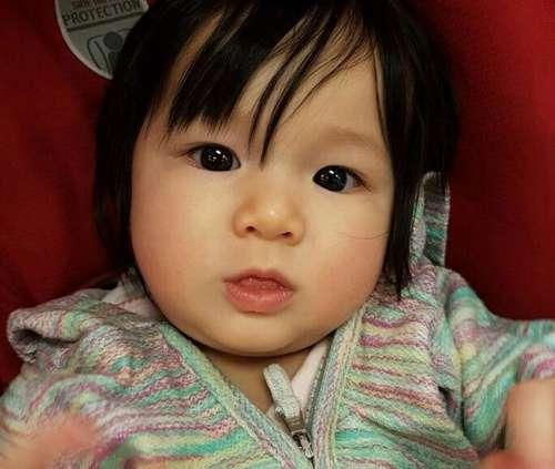 辣妈钟嘉欣晒女儿大眼萌照 表情可爱像玩具娃娃