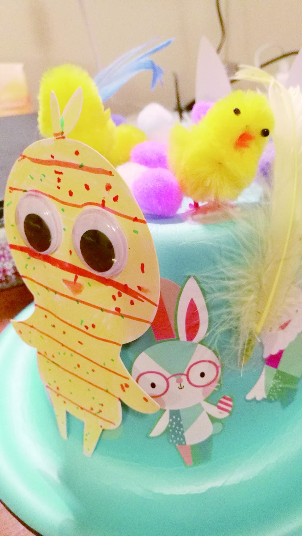 花帽上兔子和小鸡的造型完全由儿子设计,涂色画画,贴纸和装饰物贴在