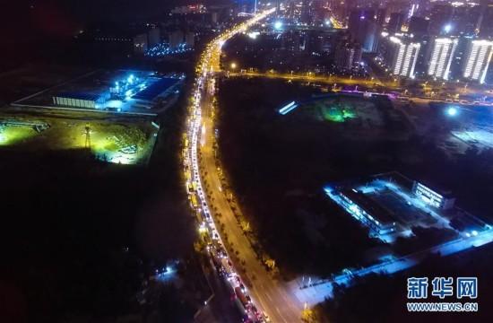 (社会)(3)海口三港通航 仍有大量辆汽车等待过海