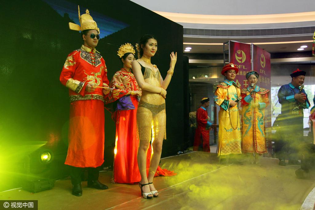 襄阳湖北的昵称美女比基尼价值穿黄金百万美女连衣裙走秀1图片