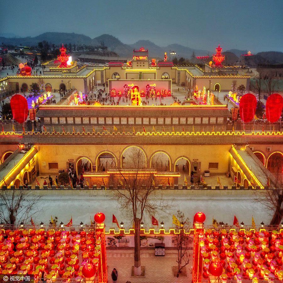 Festival de los Faroles en un pueblo antiguo bajo el horizonte en Henan